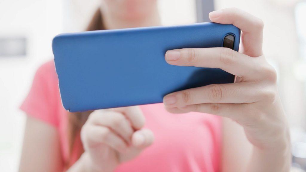 Facebook header videó különbségek asztali gépen és mobilon